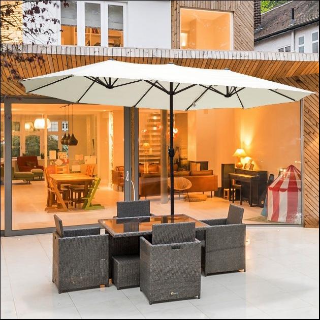Terraza exterior con conjunto de mesa y sombrilla doble