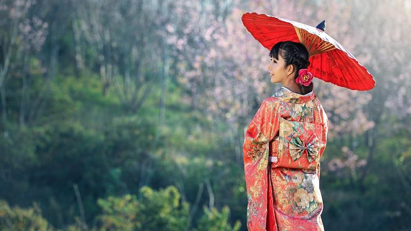 Chica oriental con una sombrilla tipo paraguas