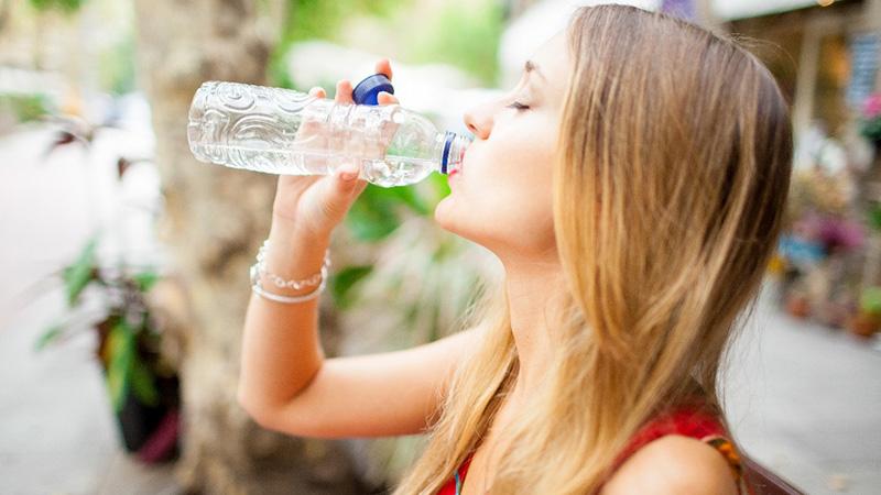 Chica bebiendo botella de agua